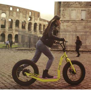 Ragazza che guida il Greenboard serie Young vicino al Colosseo